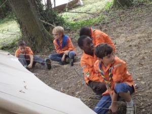 Les Louveteaux apprennent à monter leur tente.