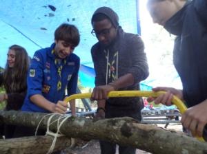 Scouts et chefs s'activent sur les tables tripodes.
