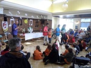 Le week-end s'achève avec une messe animée par le groupe et partagée avec les pensionnaires de la maison de retraite qui nous accueillait.