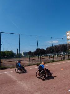 Elsa et Flora se défient à une course en fauteuil roulant